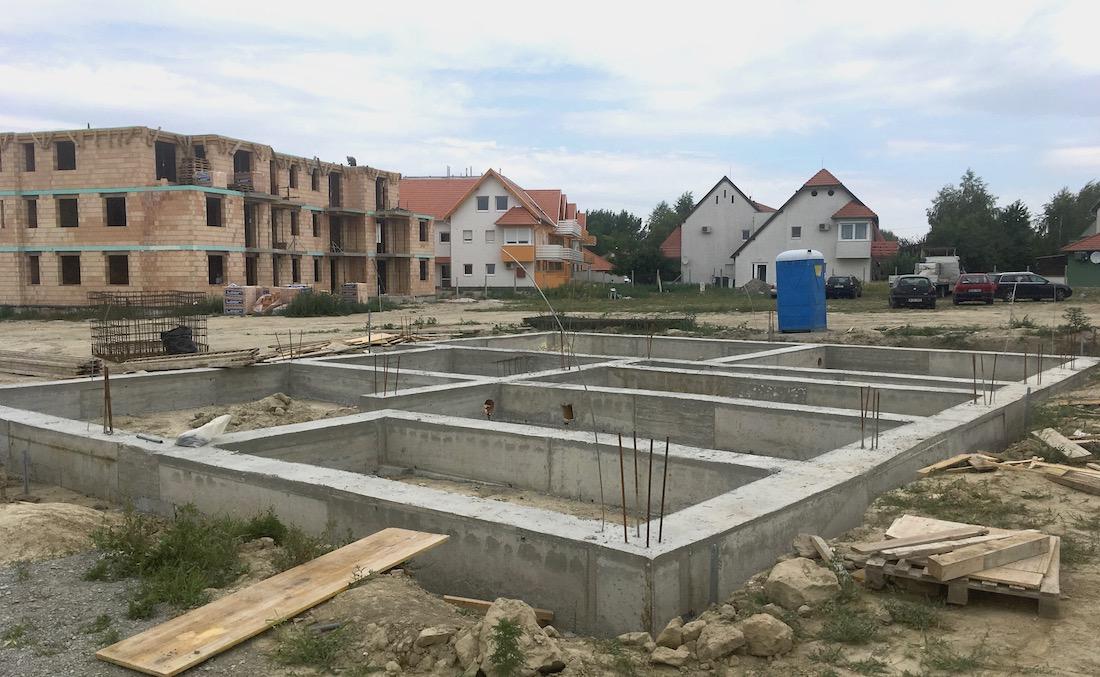 Győrújfalu társasház vasbeton talpgerenda készítés